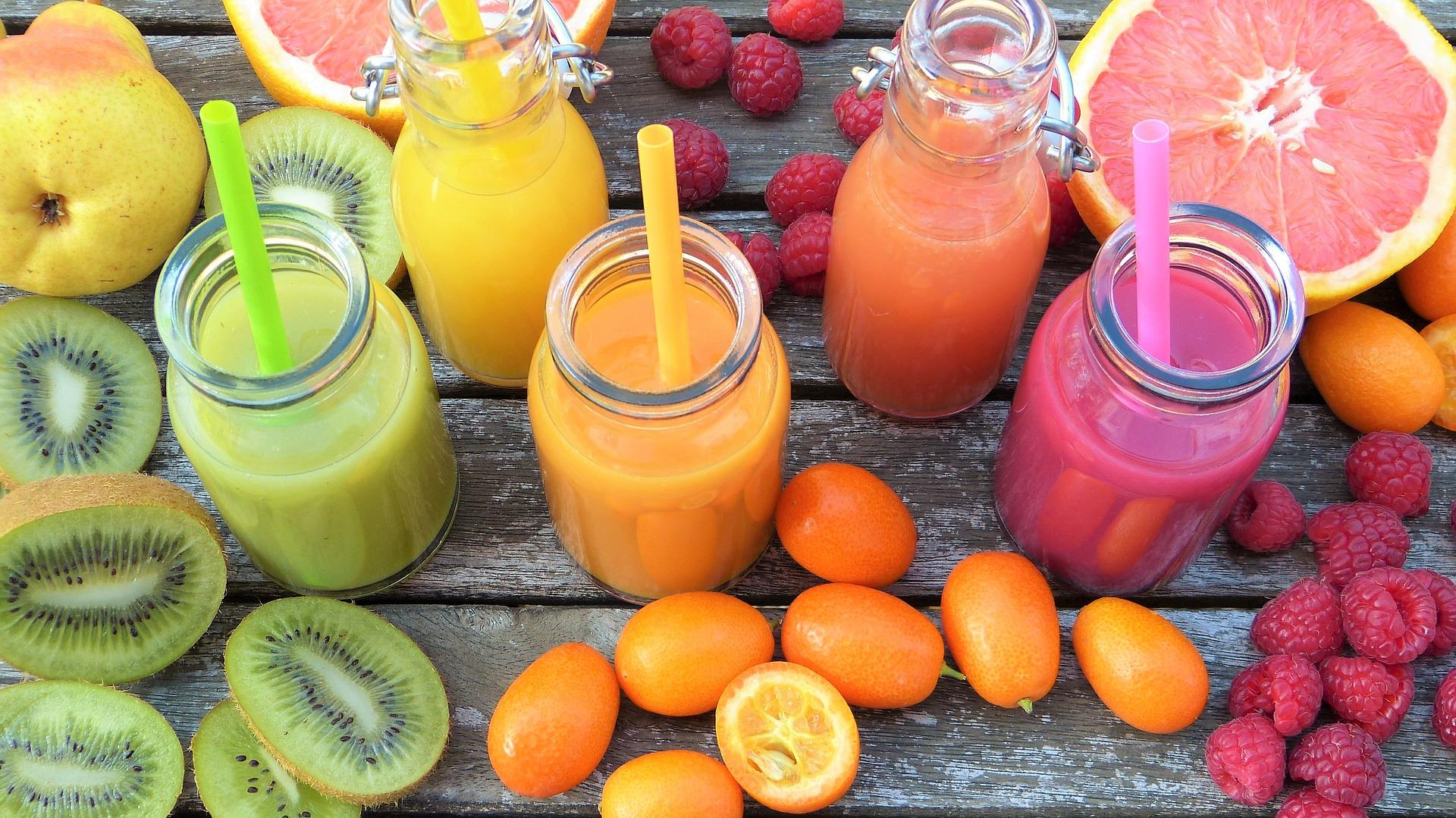 קנקנים עם מיץ פירות