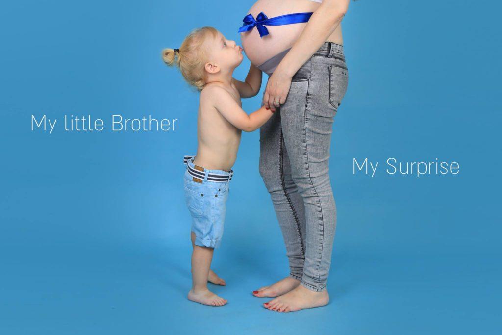 תינוק מנשק את הבטן