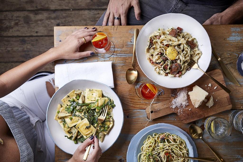 מנות פסטה ורביולי על השולחן