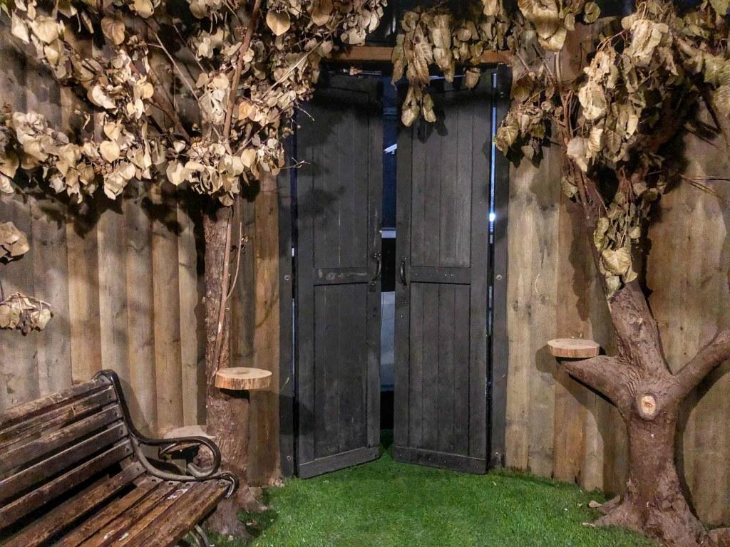 עצים, ספסל ודלת עץ