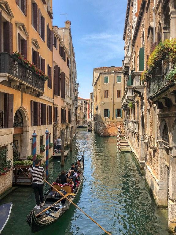 שייט בגונדולה בונציה שבצפון איטליה