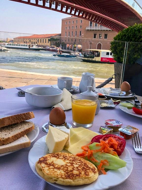 ארוחת בוקר במלון בונציה מול נוף לתעלה הגדולה