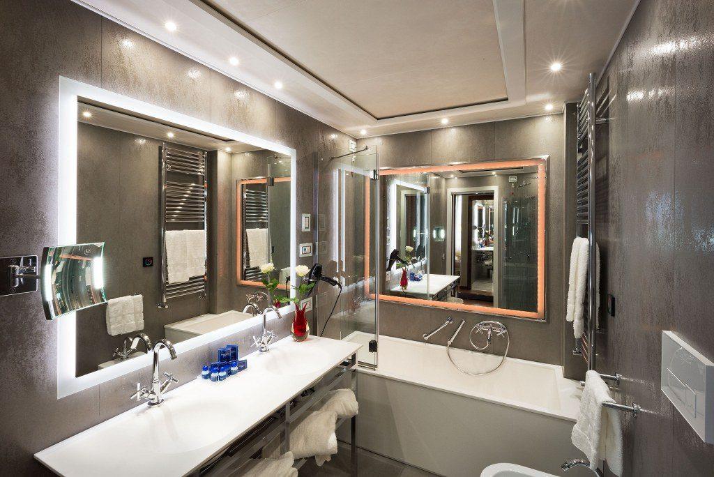 חדר אמבטיה במלון בונציה