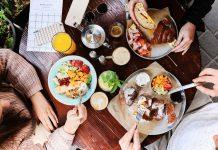 ארוחת בוקר בבית קפה בתל אביב