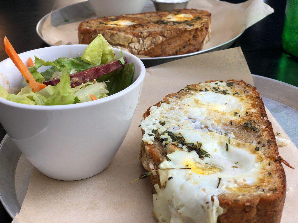 מנת קוקו בקן בבית קפה בתל אביב