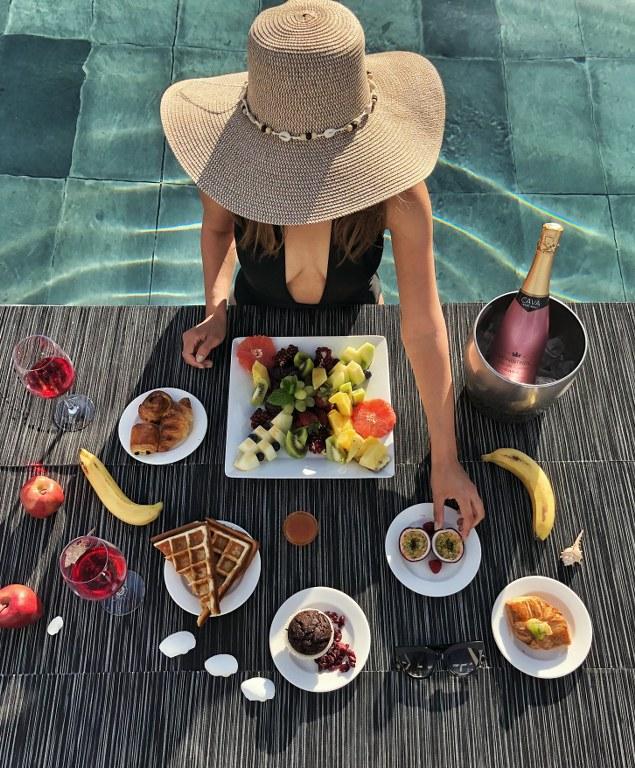 ארוחת בוקר על בריכת מלון אלמירה