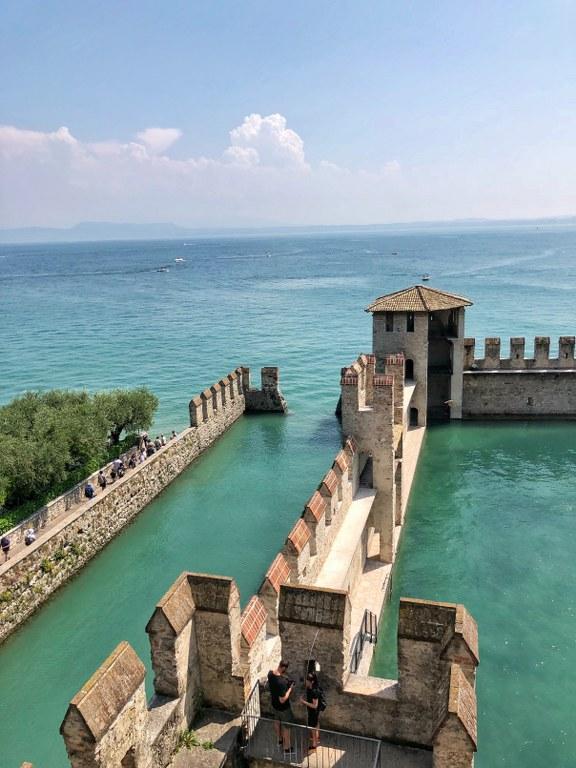 הנוף ממצודת סקליג'רו שבסירמיונה