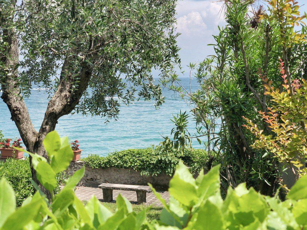 ספסל מול הים בסרמיונה