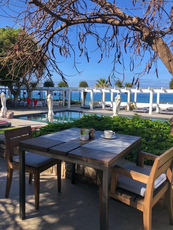ארוחת בוקר מול הבריכה במלון אלמירה פאפוס