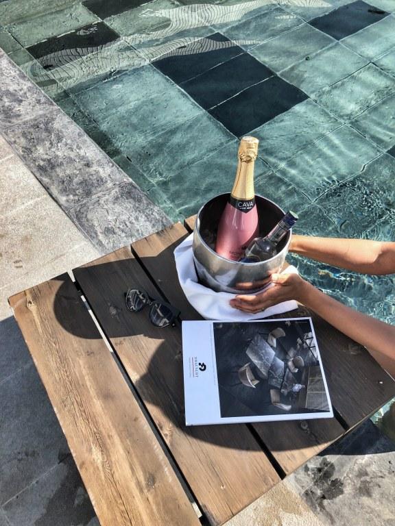 שמפניה בבריכת מלון ALMYRA