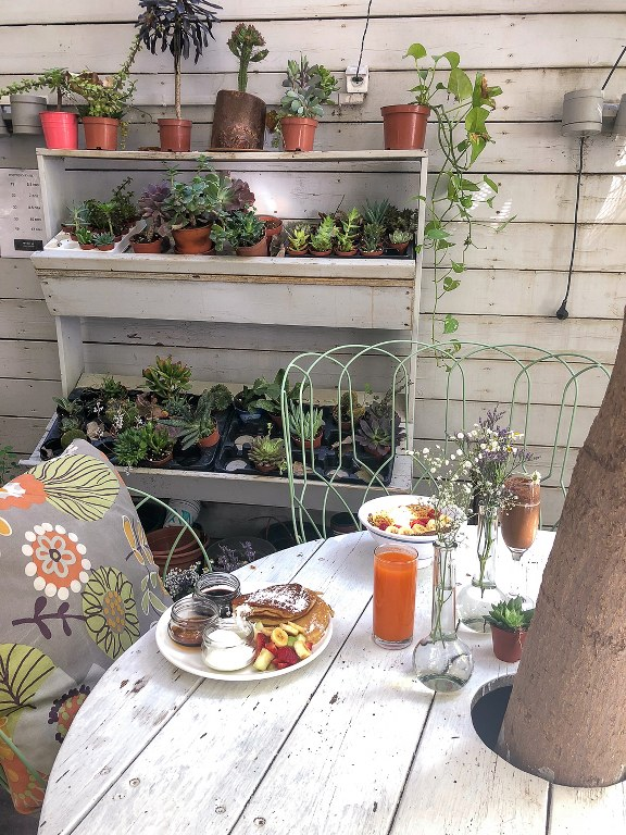 שולחן בבית קפה ג'ונסי גרדנר