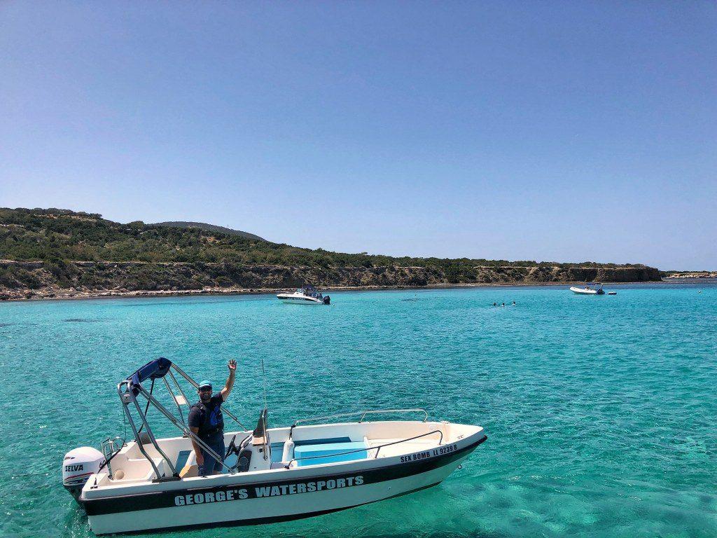 סירה בשייט ללגונה הכחולה