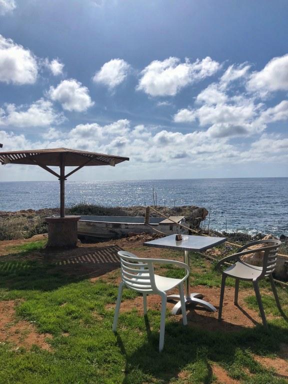 בית קפה בחוף פיאיה שבקפריסין