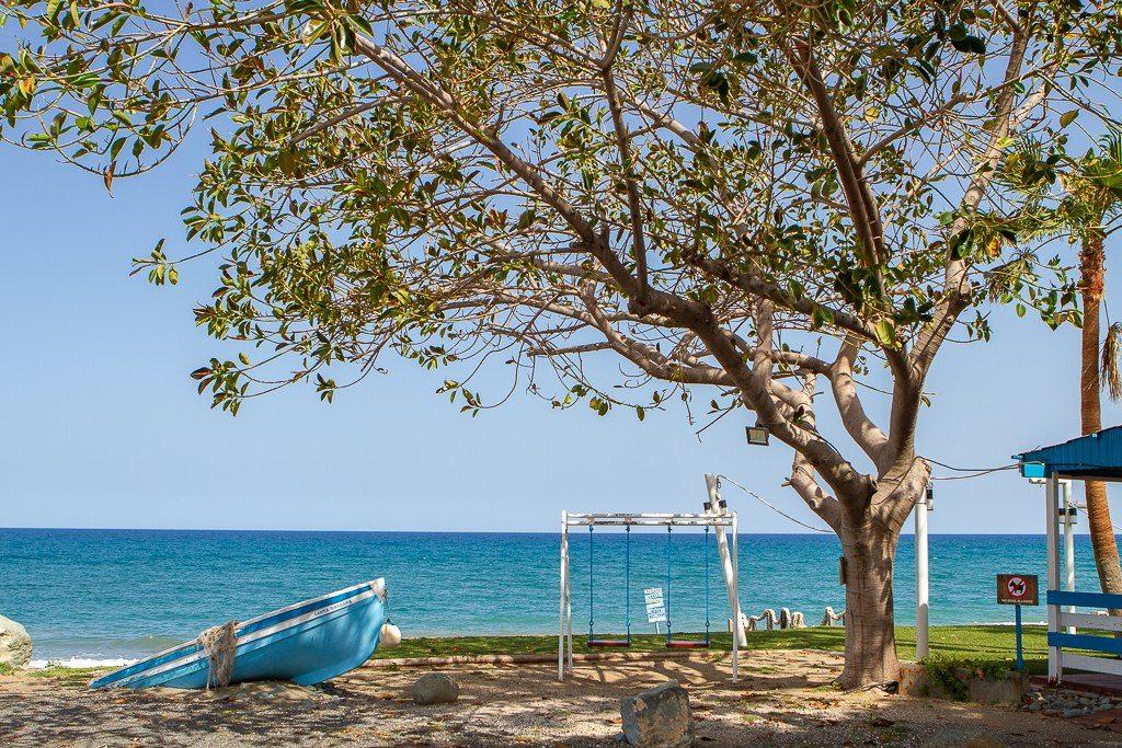 סירה ונדנה בחוף הים שבקפריסין