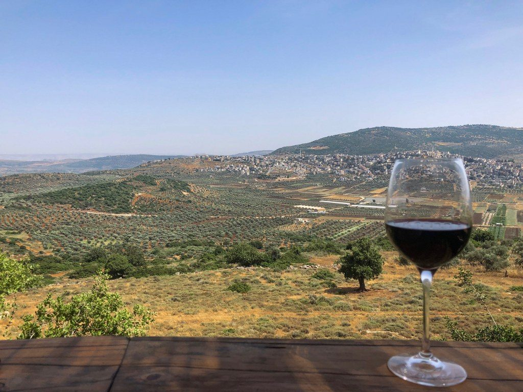 כוס יין במרפסת יקב לטם בישוב לוטם