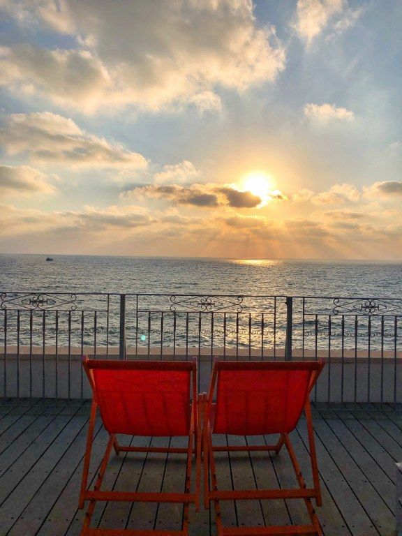 כסאות בקומת הגג המשקיפים לים