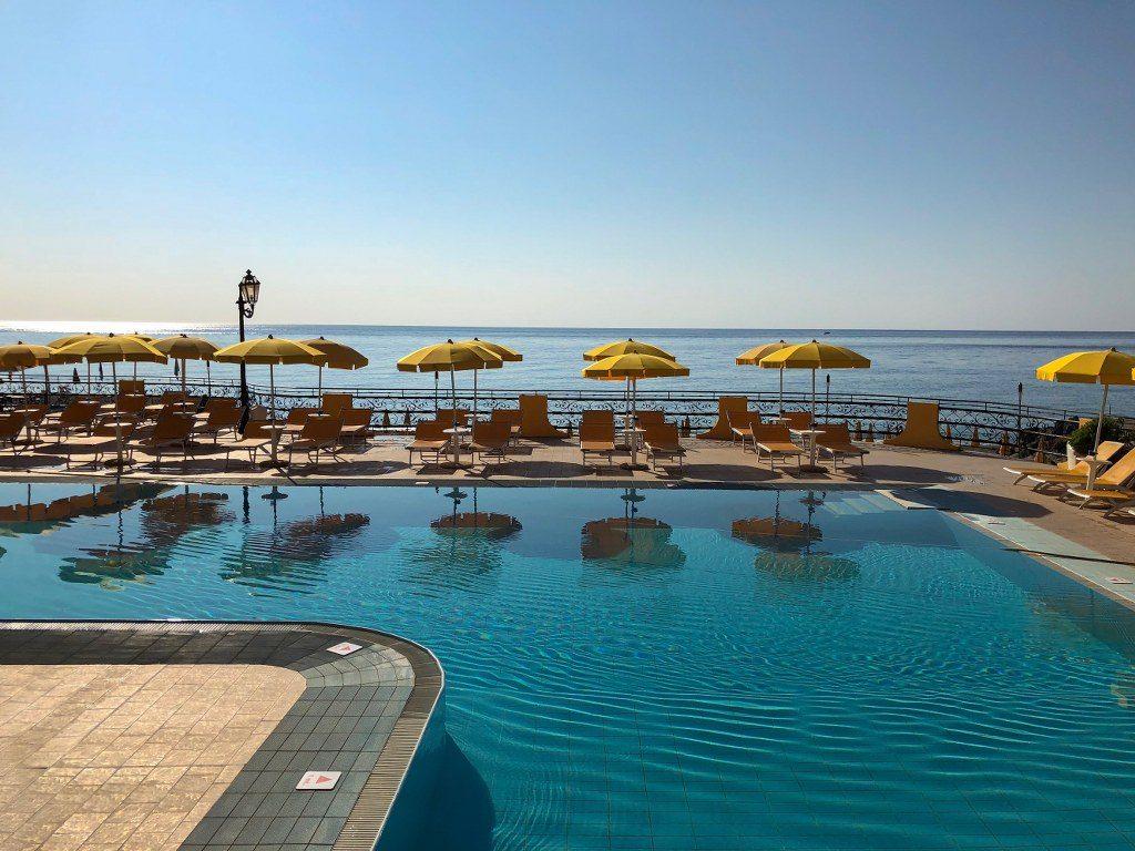 בריכת בית המלון בסיציליה
