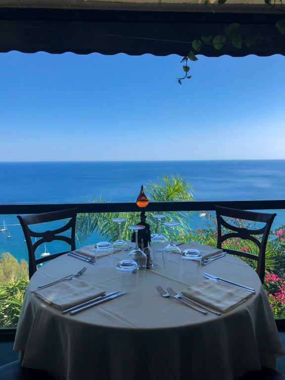 מסעדה עם תצפית למפרץ בטאורמינה