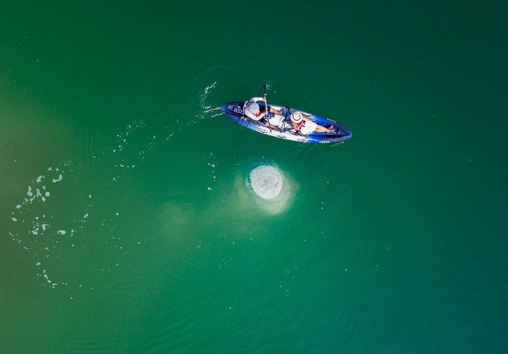 חתירה בקיאקים סביב ארובת מלח בים המלח