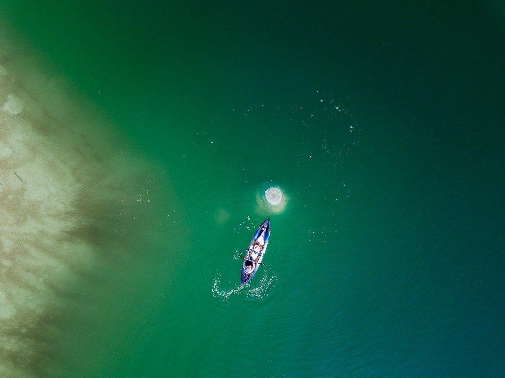חתירה בקיאק סביב ארובת מלח בים המלח