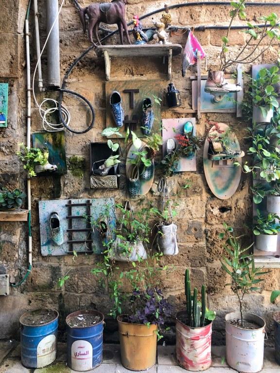 עציצים, נעליים וקישוטים על הקיר בעכו