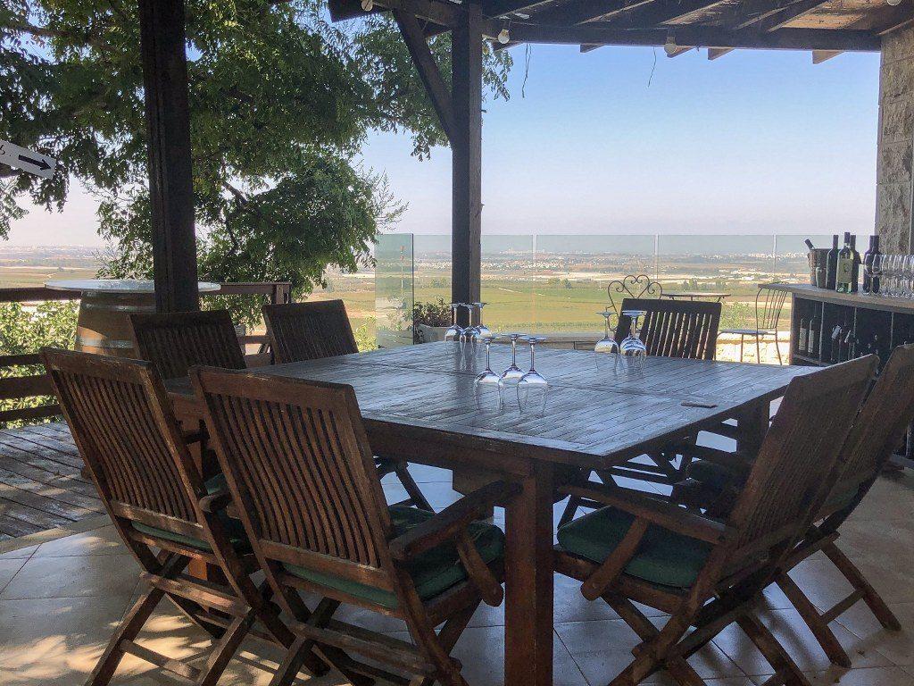 שולחן וכסאות במרפסת של יקב בזק