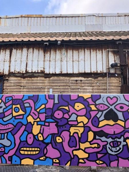 גרפיטי על קיר ענק ומלפני בניין ישן