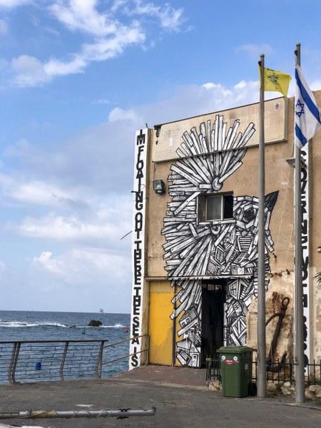 גרפיטי על בניין בנמל יפו