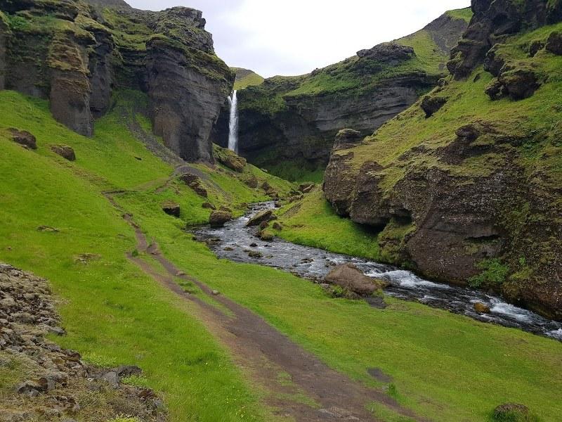 טיול באיסלנד לאורך מפל Kvernufoss