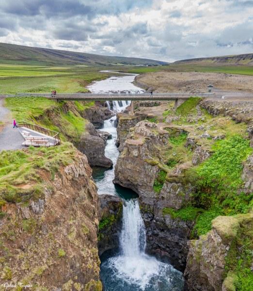 גשר בקניון קולוגליופור Kolugljúfur Canyon
