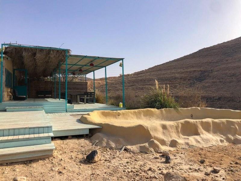 בקתה במדבר עם בריכת שכשוך בחוות נאות