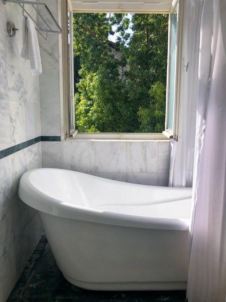אמבטיה מעוצבת במלון קולוני בחיפה