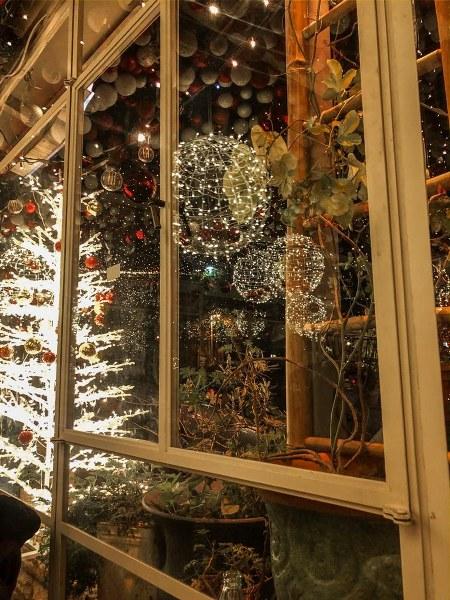 קישוטי כריסמס בחיפה מחלון המסעדה
