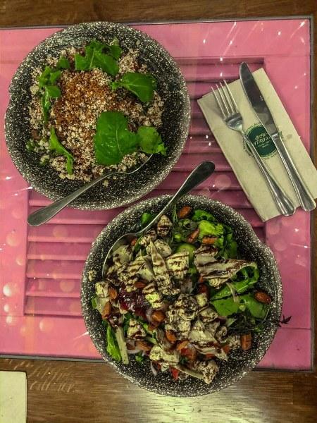 סלטים ערבים אותנטיים במסעדת שטרודל בחיפה