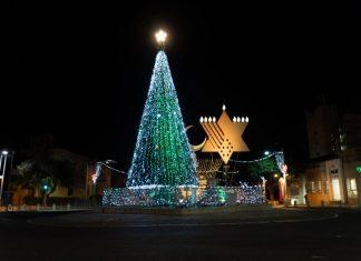 עץ אשוח חנוכיה וסהר בכיכר של שדרות בן גוריון