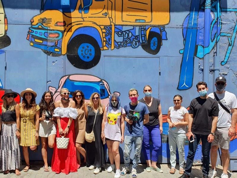 סיור משפיענים בחיפה על קיר גרפיטי