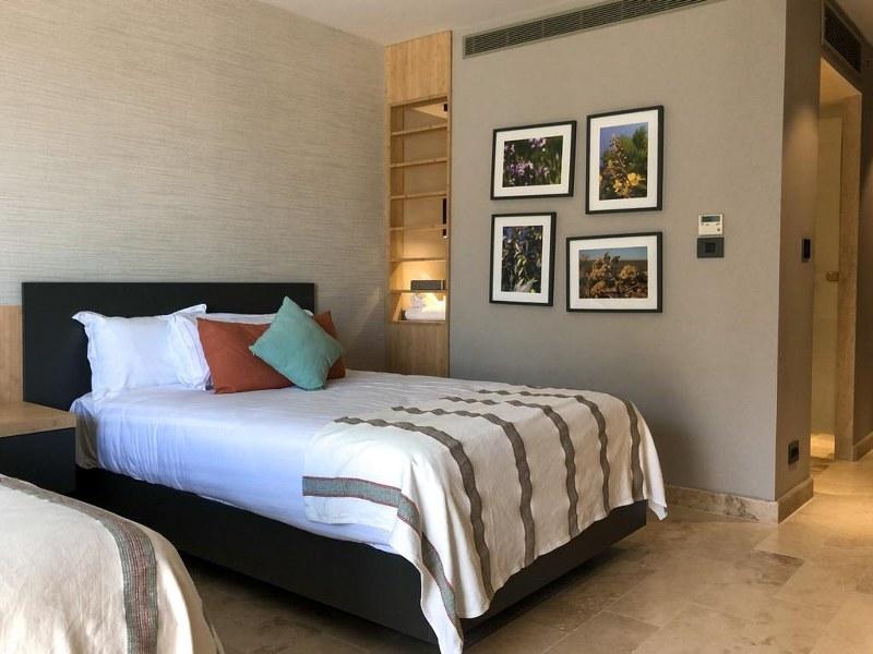 חדר שינה עם 2 מיטות נפרדות במלון מגדלה