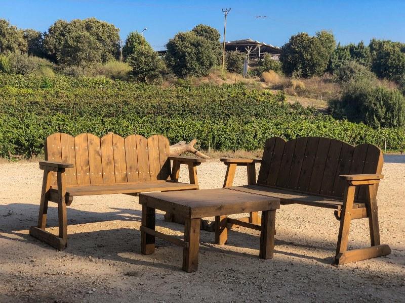 פינת ישיבה מול נוף פסטורלי במתחם יקב יפתחאל