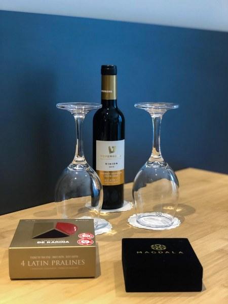 יינות וכוסות בחדר המלון