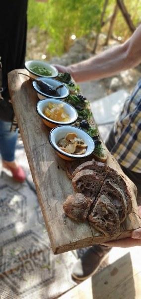 פלטת גבינות על עץ של נורה במטה יהודה