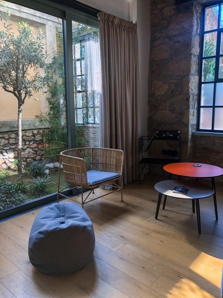 פטיו בסוויטה של מלון דה פאונדרי באתונה