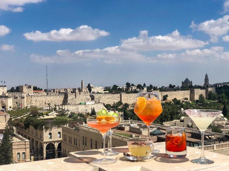 קוקטיילים ברופטופ ממלון מילא מול הנוף לחומות ירושלים