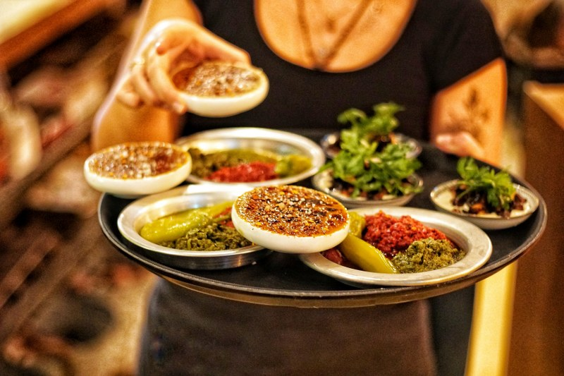 מגש הכולל מנות צמחוניות של מסעדת צמח