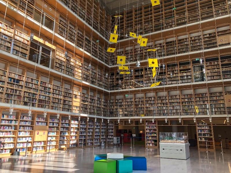 ספריה ענקית במרכז תרבות סטברוס ניארכוס באתונה