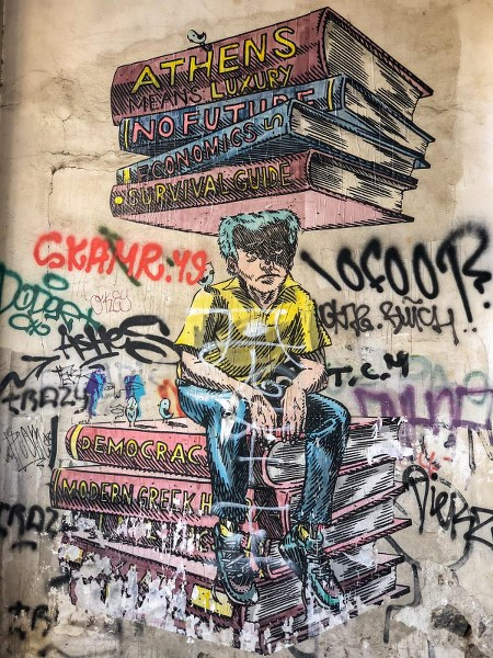 גרפיטי בין בתים במסגרת סיור גרפיטי באתונה