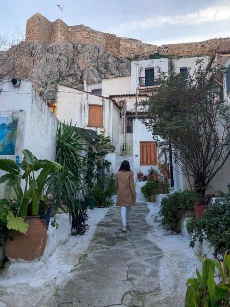 אישה הולכת בשכונת אנפיוטיקה באתונה